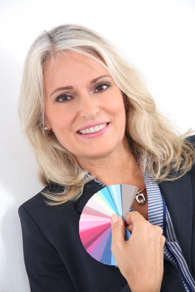 Angela Kneusels mit Farbkarte