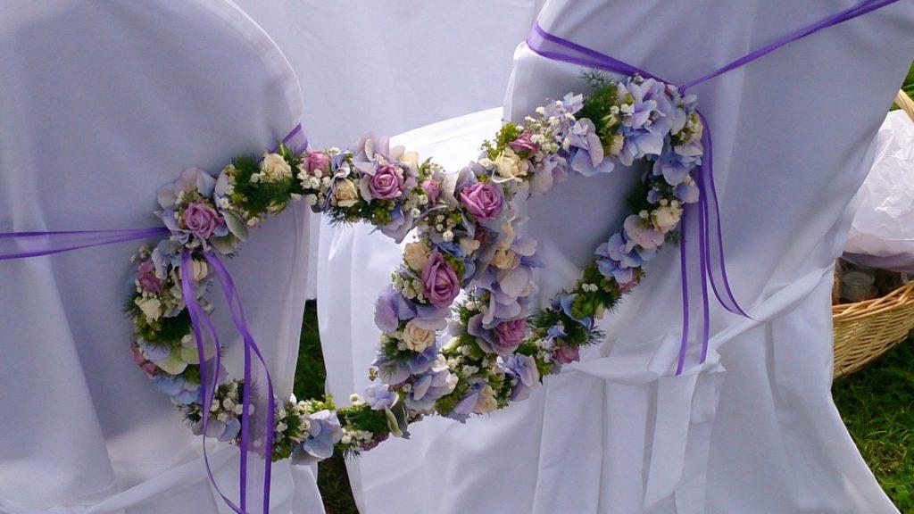 zwei Blumenkränze als Eheringe