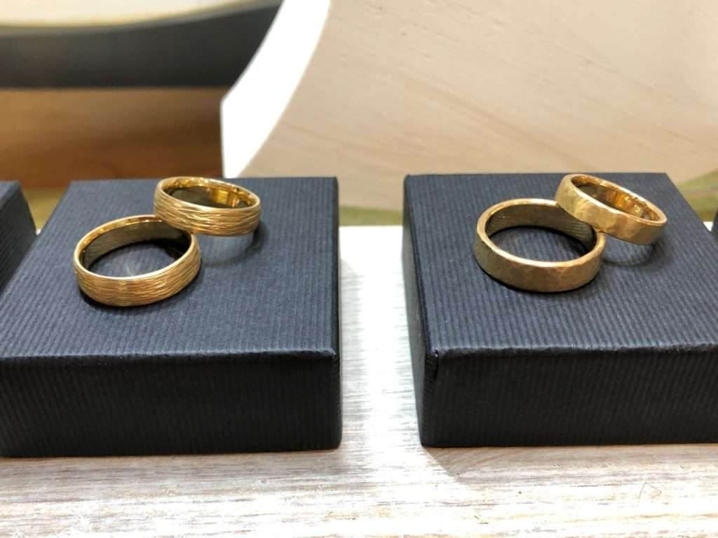 vzwei Paar Eheringe in gold