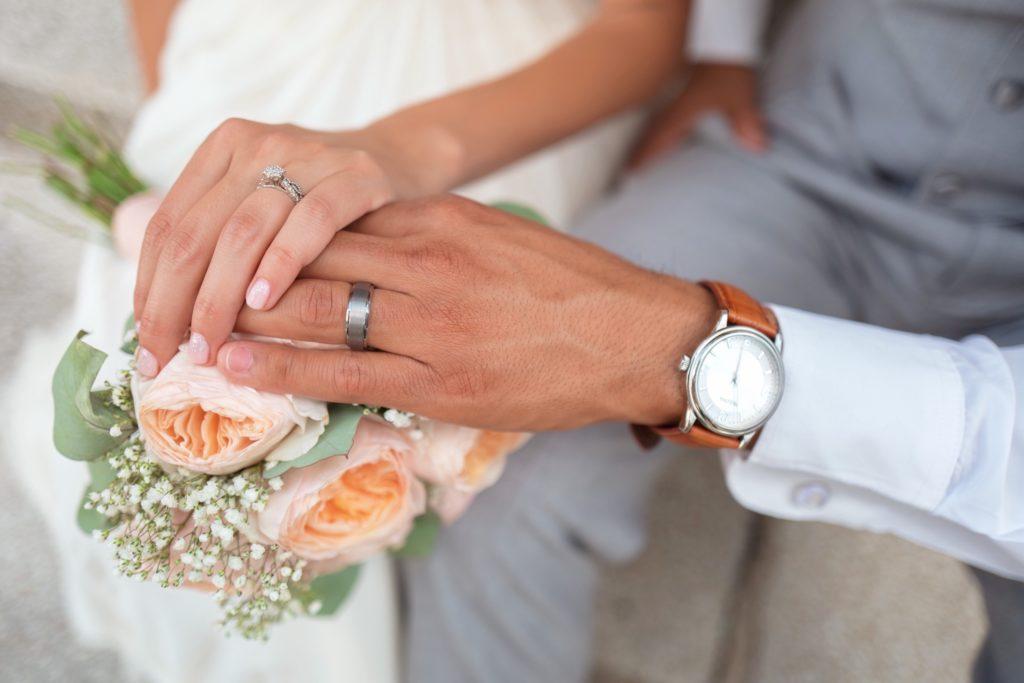 Hände von Eheleuten mit Ring