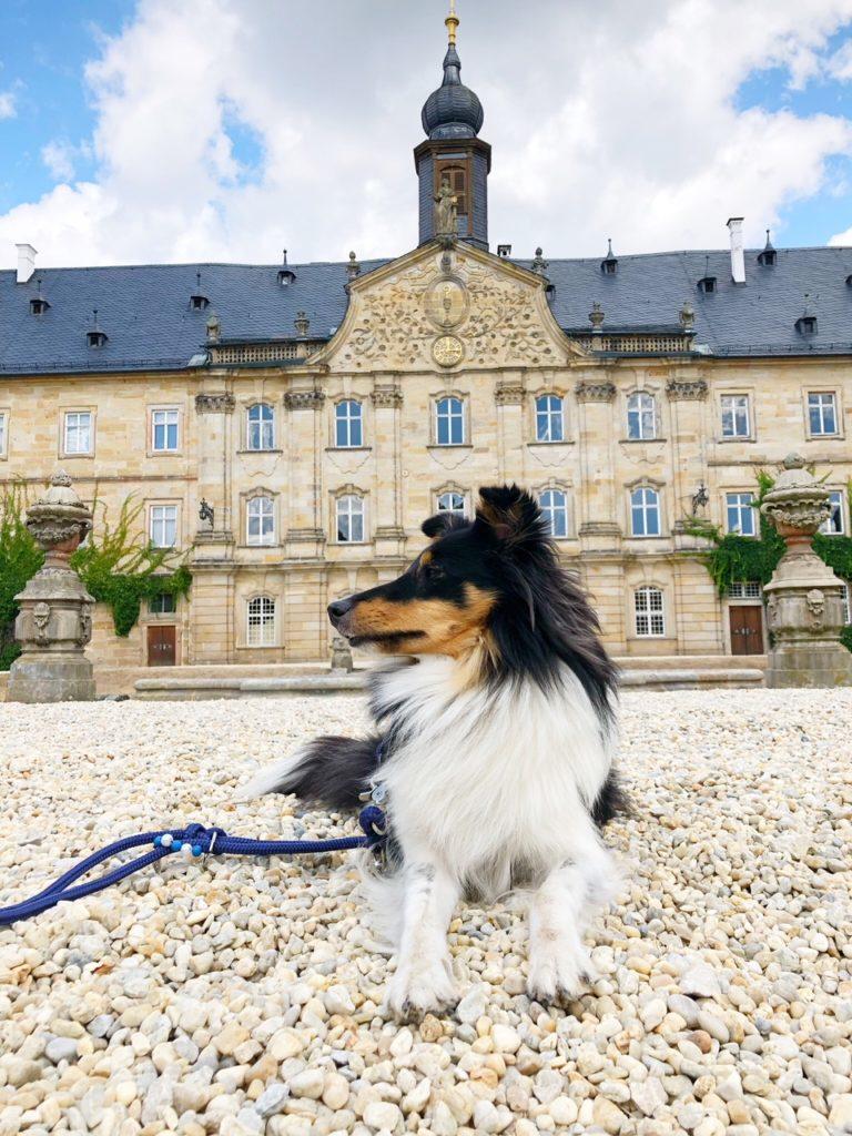 Emily vor Schloss Tambach