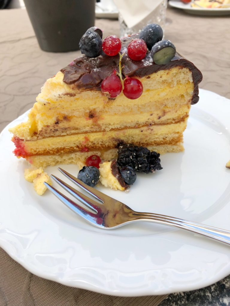 Tortenstück Sanddorn-Joghurt